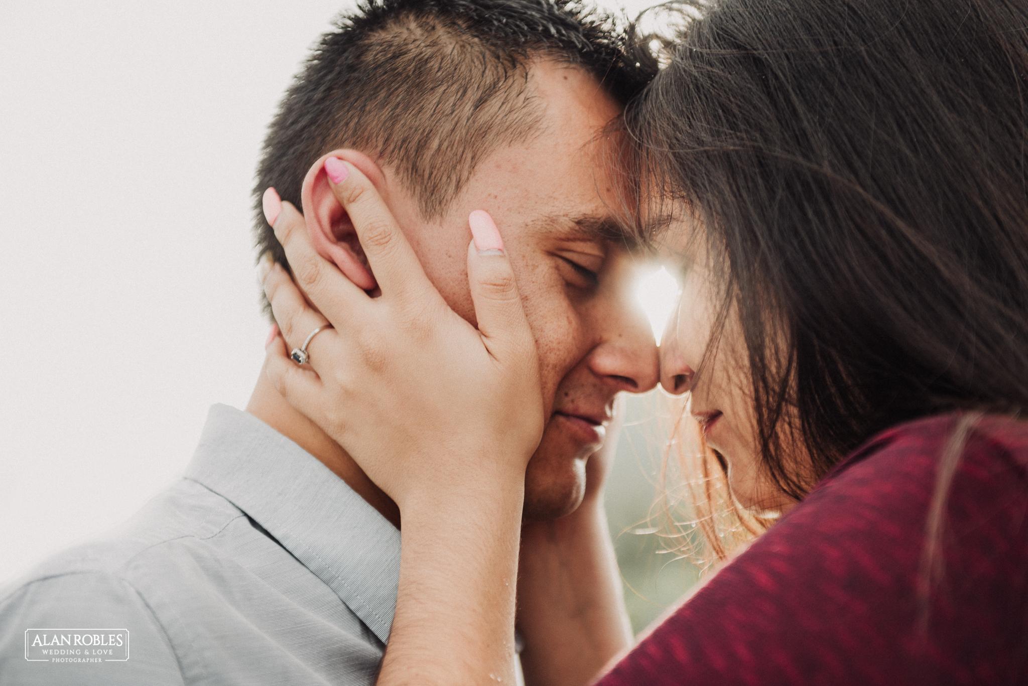 Sesion de fotos Preboda en Laguna de Cajititlan. Fotografia de bodas - Alan Robles Wedding & Love Photographer, Fotografo de bodas en Guadalajara. Muelle en lago, fotos creativas para boda. Ideas para fotos de boda. Sesion de amor. Anillo de compromiso.