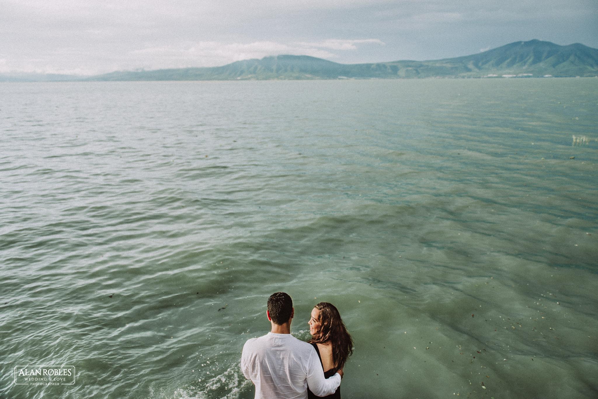 Sesion de fotos Preboda en Laguna de Chapala, Ajijic. Fotografia de bodas - Alan Robles Wedding & Love Photographer. Fotos creativas para boda. Ideas para fotos de boda. El mejor fotografo de bodas en Guadalajara. Lago de Ajijic y vista panoramica de montañas.