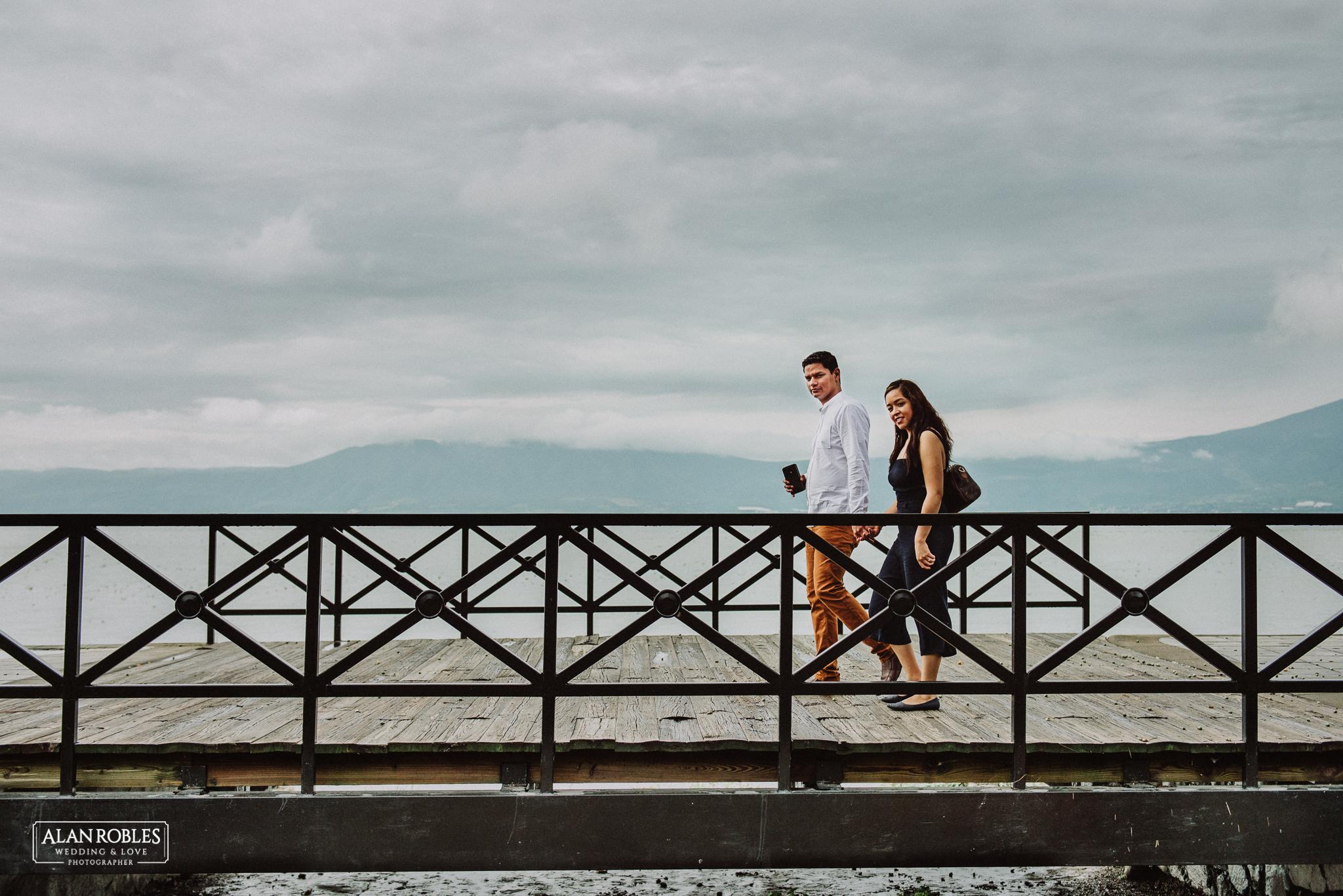 Sesion de fotos Preboda en Laguna de Chapala, Ajijic. Fotografia de bodas - Alan Robles Wedding & Love Photographer, Fotografo de bodas en Guadalajara. Fotos creativas para boda. Ideas para fotos de boda. Novios cruzando puente de ajijic.
