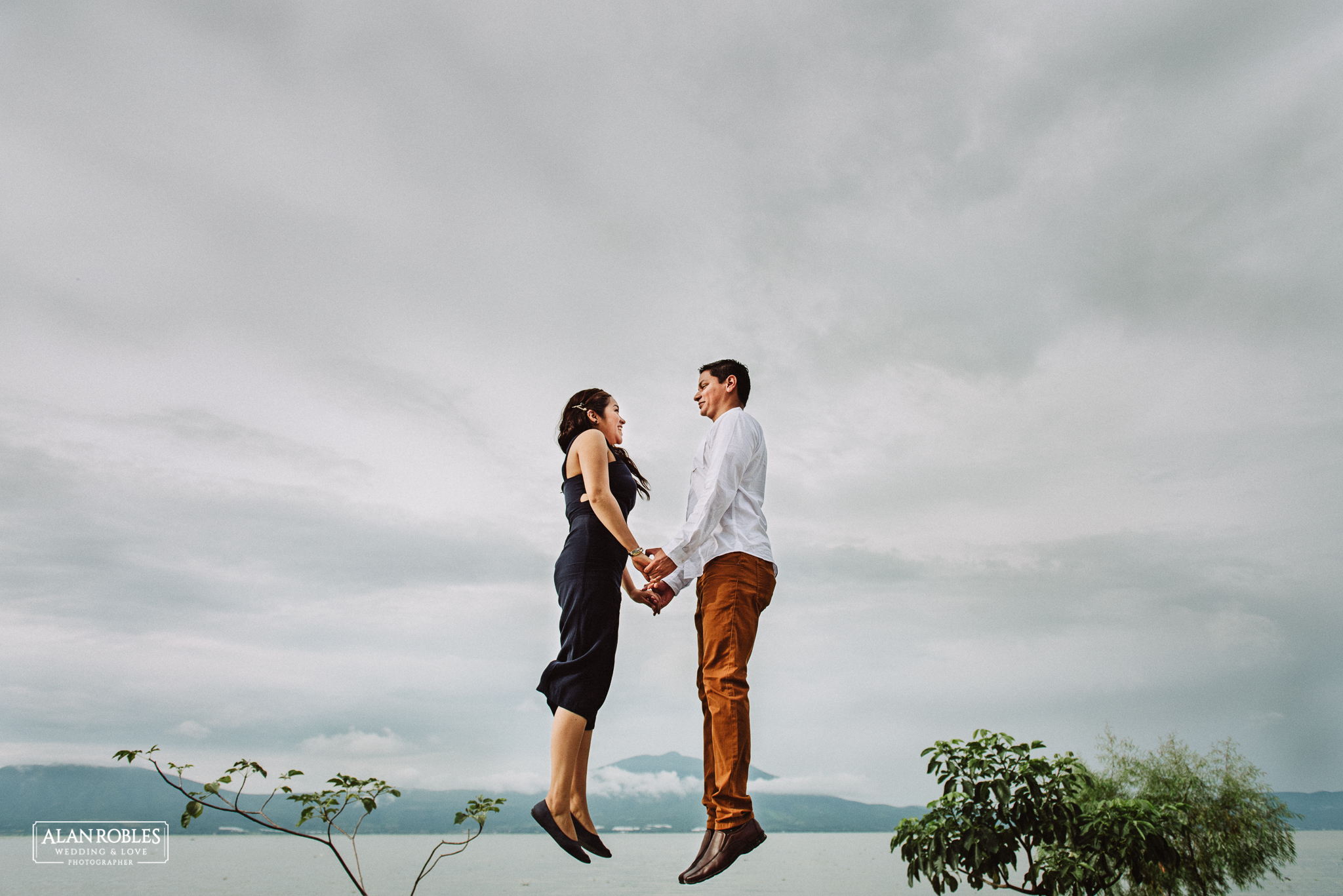 Sesion de fotos Preboda en Laguna de Chapala, Ajijic. Fotografia de bodas - Alan Robles Wedding & Love Photographer, Fotografo de bodas en Guadalajara. Fotos creativas para boda. Ideas para fotos de boda. Fotos divertidas para preboda, novios saltando en el aire.