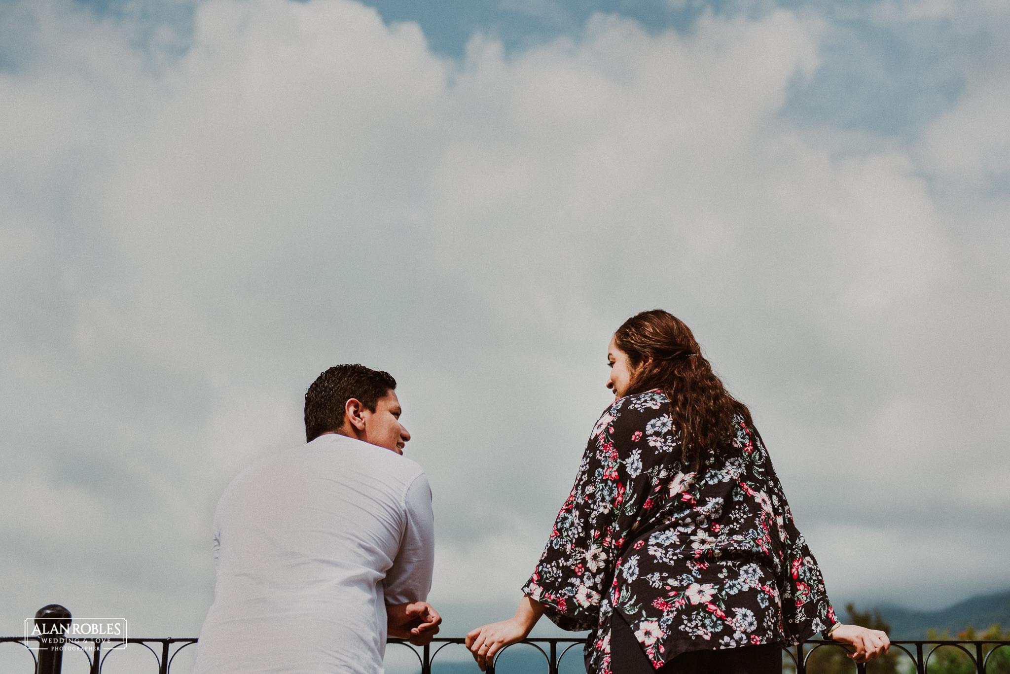 Sesion de fotos Preboda en Laguna de Chapala, Ajijic. Fotografia de bodas - Alan Robles Wedding & Love Photographer. Fotos creativas para boda. Ideas para fotos de boda. El mejor fotografo de bodas en Guadalajara. Cielo con nubes, dia nublado y cielo azul.