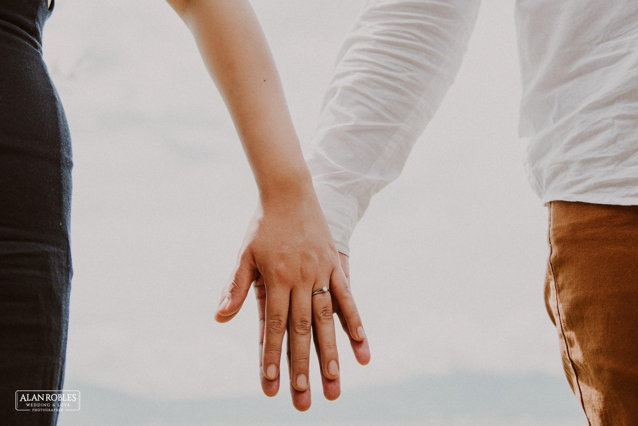 Sesion de fotos Preboda en Laguna de Ajijic. Fotografia de bodas - Alan Robles Wedding & Love Photographer, Fotografo de bodas en Guadalajara. Fotos creativas para boda. Ideas para fotos de boda. Anillo de compromiso.