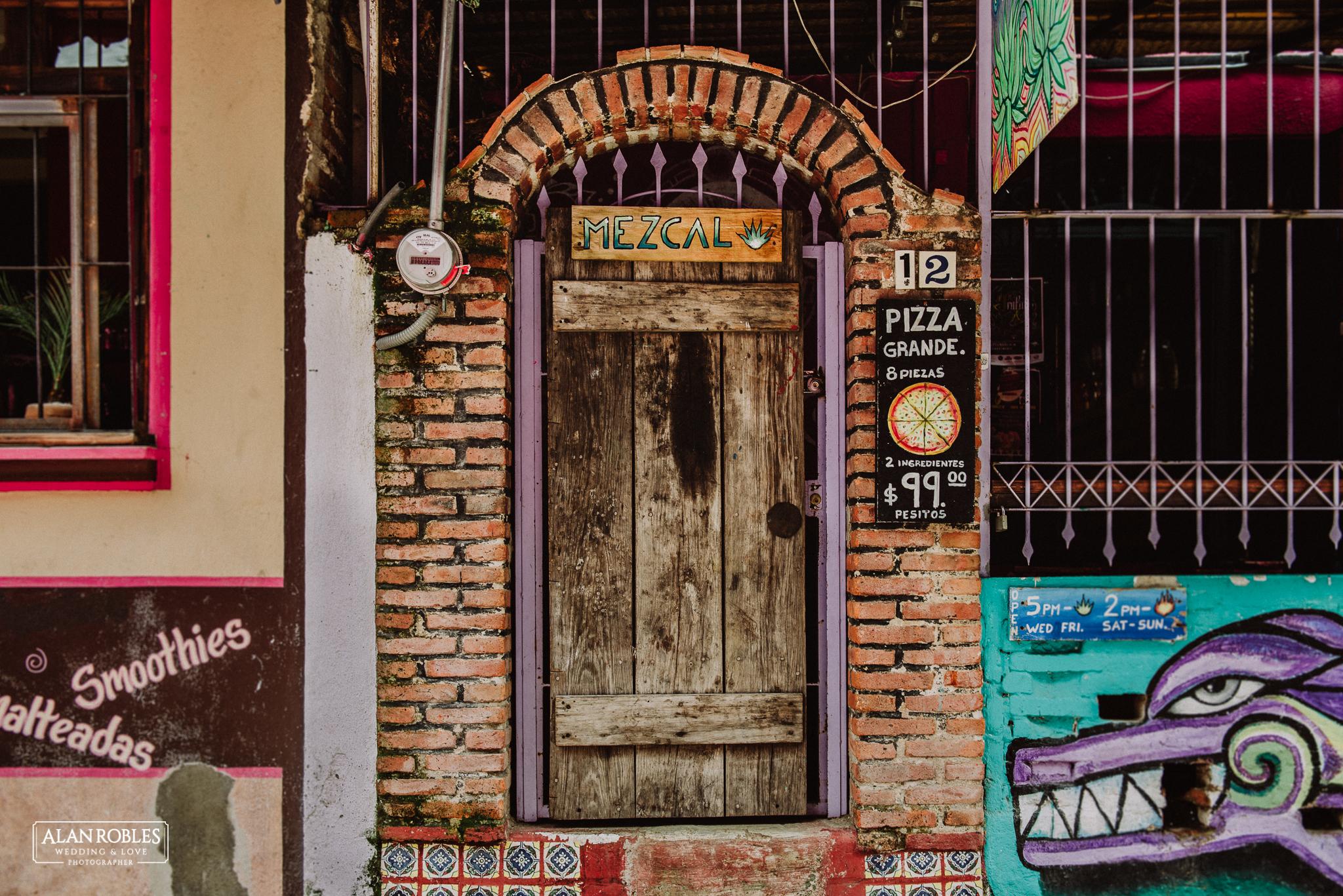 Sesion de fotos Preboda en Laguna de Chapala, Ajijic. Fotografia de bodas - Alan Robles Wedding & Love Photographer, Fotografo de bodas en Guadalajara. Arte en mural colorido, arte mexicano. Ideas para fotos de boda, fotos creativas de boda.