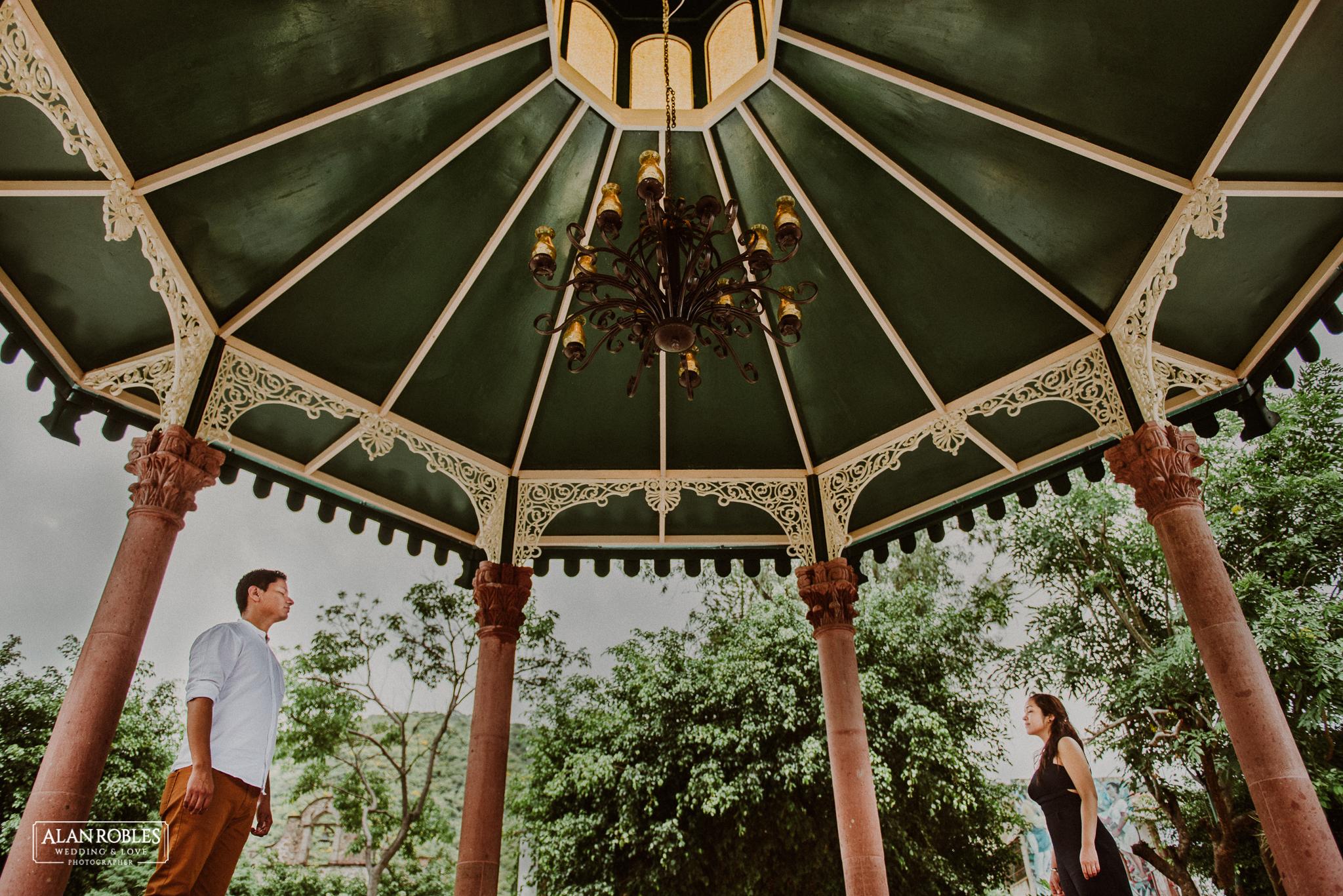 Sesion de fotos Preboda en Laguna de Cajititlan. Fotografia de bodas - Alan Robles Wedding & Love Photographer, Fotografo de bodas en Guadalajara. Fotos creativas para boda. Ideas para fotos de boda. Quisco en plaza de Ajijic.