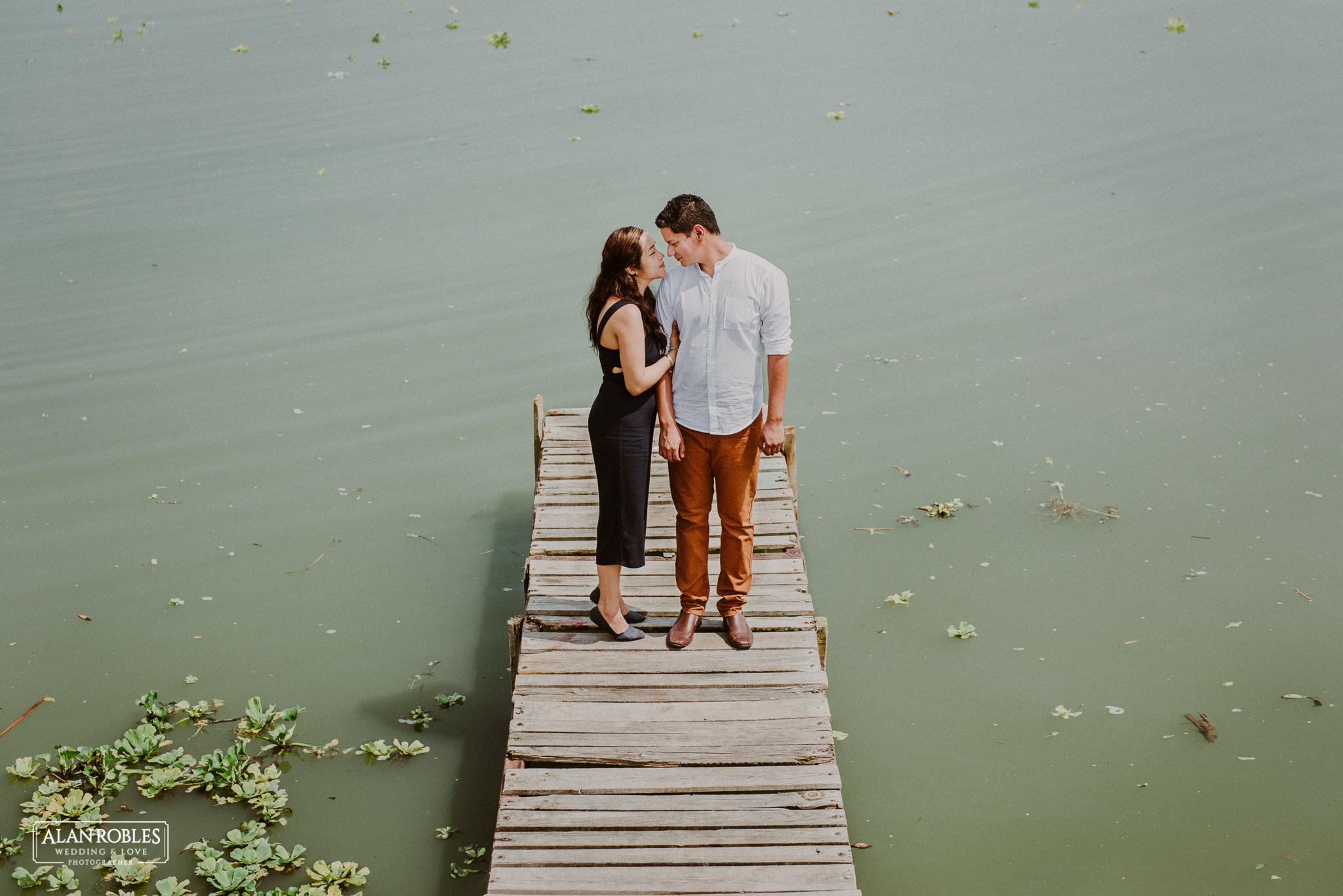 Sesion de fotos Preboda en Laguna de Chapala, Ajijic. Fotografia de bodas - Alan Robles Wedding & Love Photographer, Fotografo de bodas en Guadalajara. Muelle en lago, fotos creativas para boda. Ideas para fotos de boda. Amor en muelle de Chapala.